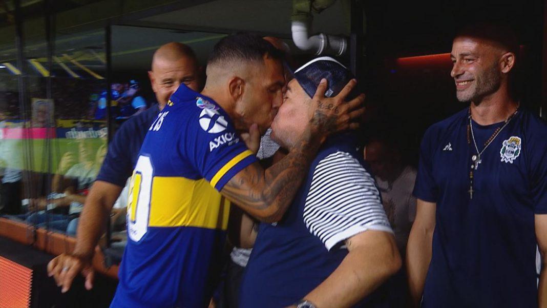Ο Τέβες φίλησε τον Μαραντόνα στο στόμα (pic/video)