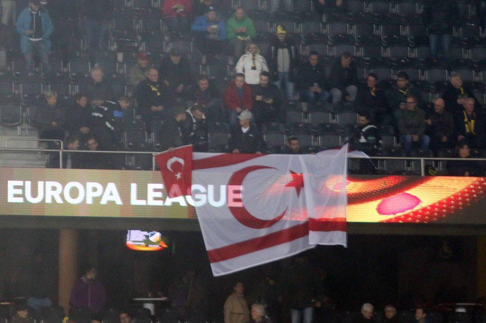 Αίσχος και αλητεία: Σήκωσαν σημαία του ψευδοκράτους στο ματς του ΑΠΟΕΛ (pics)