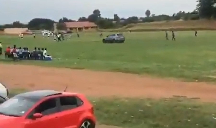 Οπαδός στη Νότια Αφρική πήγε να πατήσει τον διαιτητή με αυτοκίνητο (video)