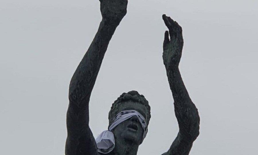 Έδεσαν τα μάτια στο άγαλμα του Ντράζεν για να μην… κοιτάζει την τωρινή Τσιμπόνα (pic)