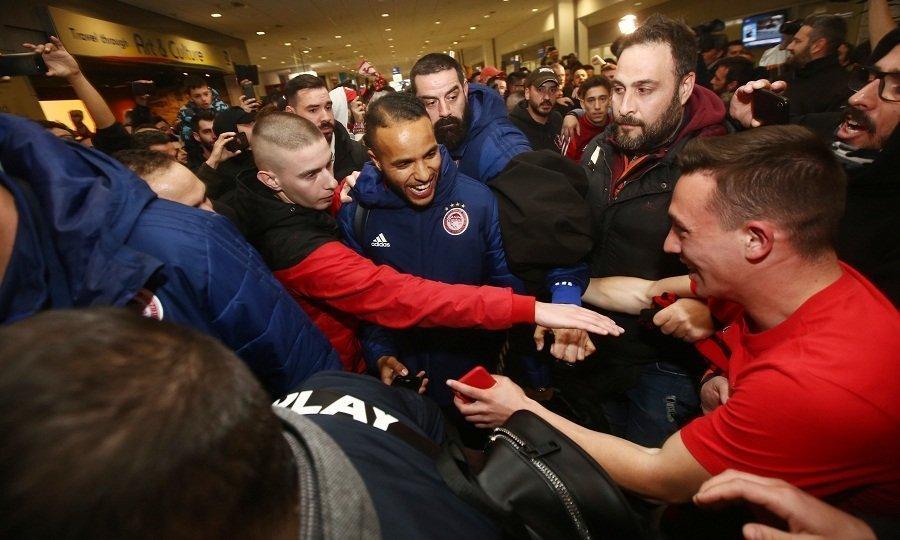 Αποθέωση για τον θριαμβευτή Ολυμπιακό στο αεροδρόμιο! (vids & pics)