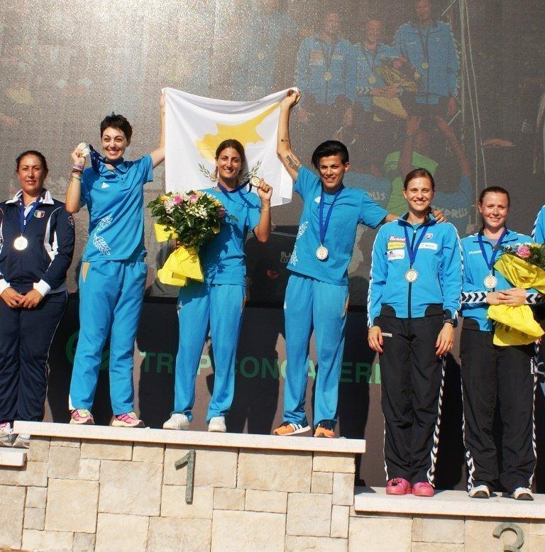 Η εθνική ομάδα του σκητ γυναικών στο πιο ψηλό σκαλοπάτι της διοργάνωσης, με το χρυσό μετάλλιο στο λαιμό...