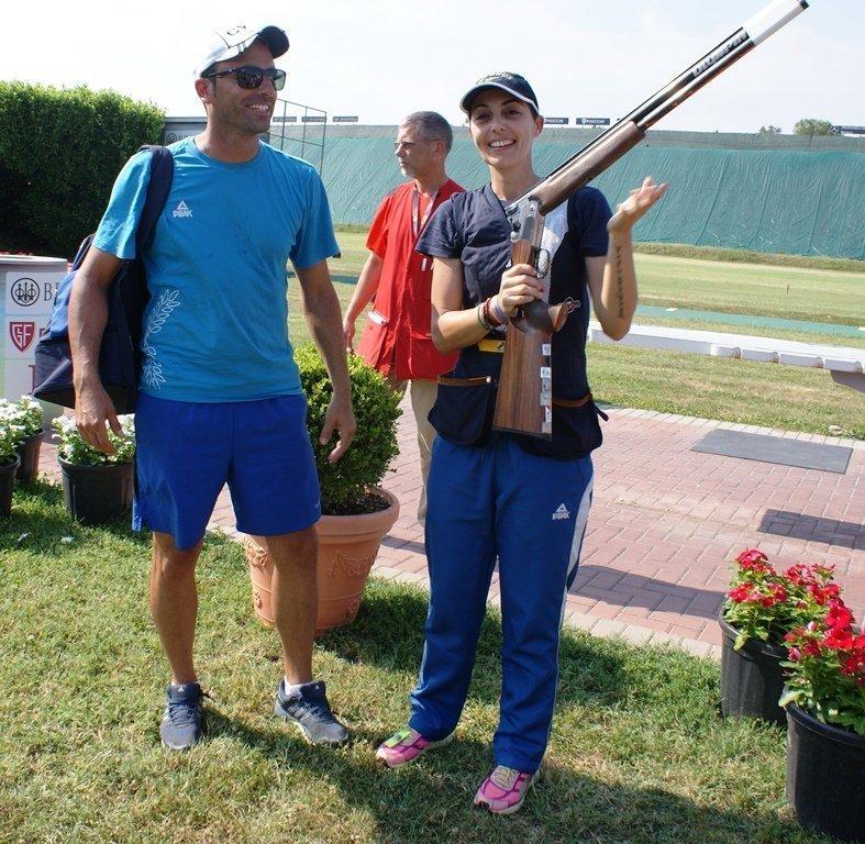 Η Κωνστατνία Νικολάου, μαζί με τον προπονητή της Μιχάλη Κατζιανή, πανηγυρίζουν το αργυρό μετάλλιο, μετά τη διεξαγωγή του τελικού...