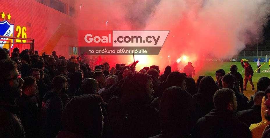 ΑΠΟΕΛ: Στις… φλόγες ο «Αρχάγγελος» από τους οργανωμένους (pics & videos)