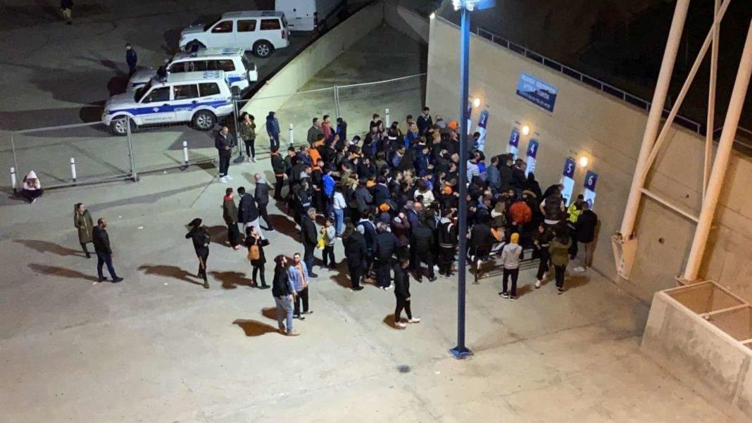 Περίπου 150 ΑΠΟΕΛίστες κόλλησαν στο εκδοτήριο κι έχασαν το α' ημίχρονο