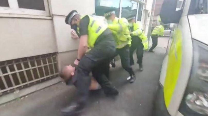 Αστυνομικοί έσυραν στο έδαφος οπαδό της Γιουνάιτεντ και τον γρονθοκόπησαν (vid)