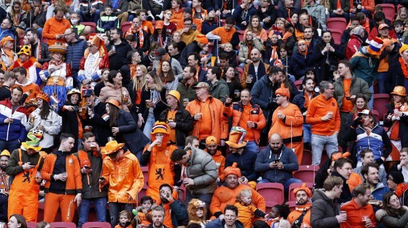 Γιατί οι Ολλανδοί έβαλαν 5.000 κόσμο χωρίς μάσκες στο ματς με την Λετονία ( vid)