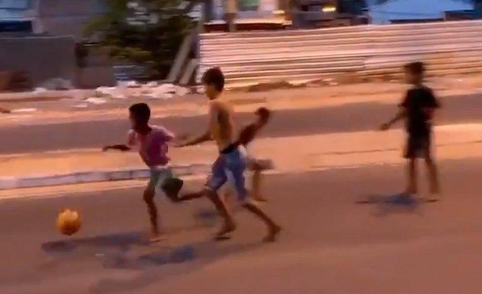 Viral: Ξυπόλητος Βραζιλιάνος πιτσιρικάς σκοράρει γκολάρα! (vid)