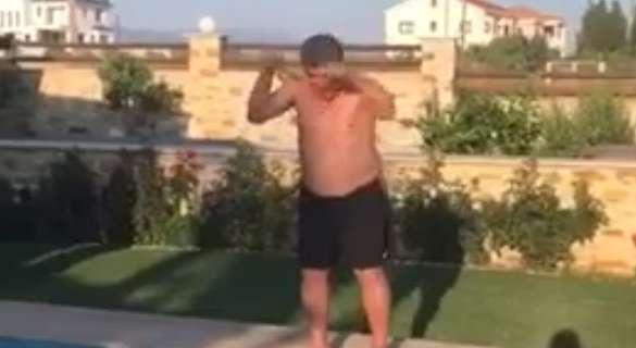 BINTEO: Ο «Καραδίβας» κάνει βουτιά στην πισίνα και στέλνει μήνυμα