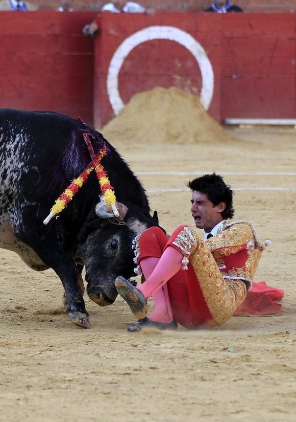 epa05417589 Spanish bullfighter Victor Barrio, 29, is gored during a bullfight held on the occasion of Feria del Angel in Teruel, Aragon (Spain), 09 July 2016. Barrio died due to the injures after being seriously gored by his third bull. EPA/ANTONIO GARCIA