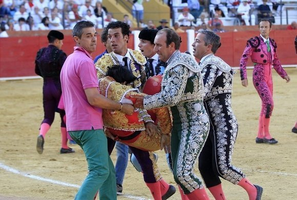 epa05417588 Spanish bullfighter Victor Barrio, 29, is carried out from the bullring after being gored during a bullfight held on the occasion of Feria del Angel in Teruel, Aragon (Spain), 09 July 2016. Barrio died due to the injures after being seriously gored by his third bull. EPA/ANTONIO GARCIA