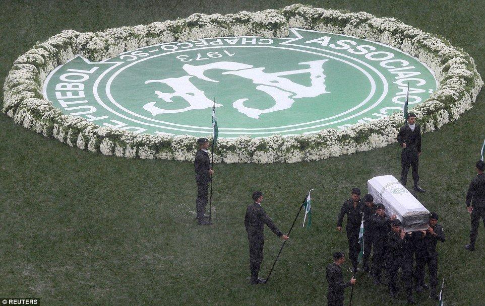 Συγκλονιστικό: 100.000 ψυχές αποχαιρέτησαν τους νεκρούς της Τσαπεκοένσε