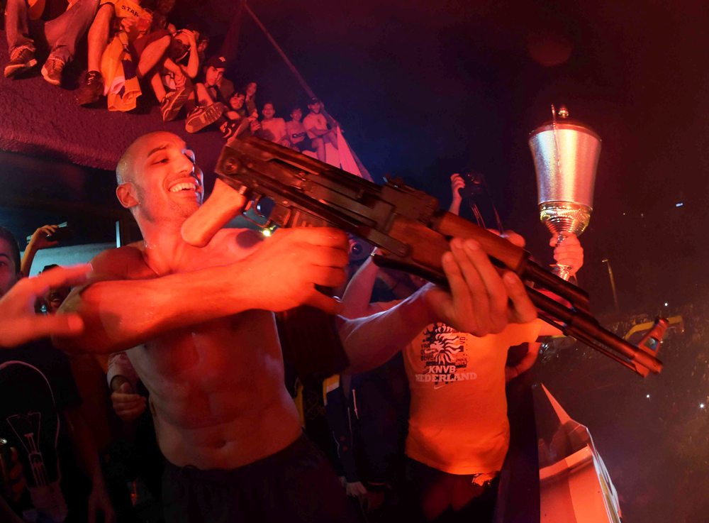Ένας τρομοκράτης του ονείρου με το καλασνίκοφ στον εξώστη!