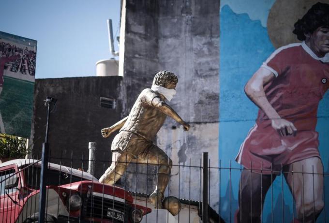 Με μάσκα και το... άγαλμα του Μαραντόνα