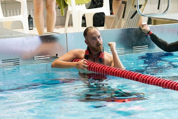 Παγκόσμιο Ρεκόρ ο Γιώργος: Με μια ανάσα κολύμπησε 300 μέτρα! [videos]