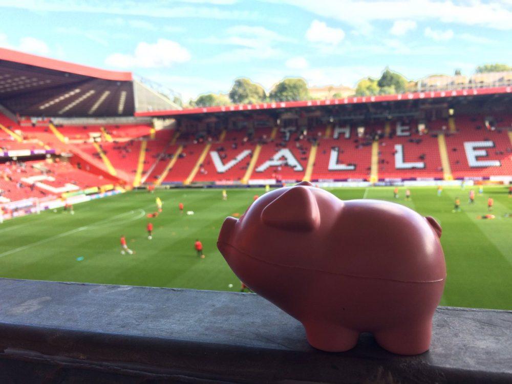 Πέταξαν... γουρούνια στο γήπεδο! (pics & vid)