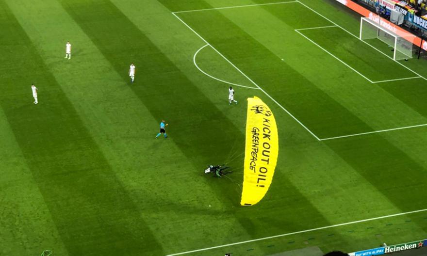 Εισέβαλε στην «Allianz Arena» με αλεξίπτωτο της «Green Peace»!