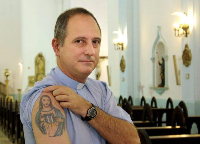 Ο ιερέας οπαδός: Από το πέταλο... στην Αφρική
