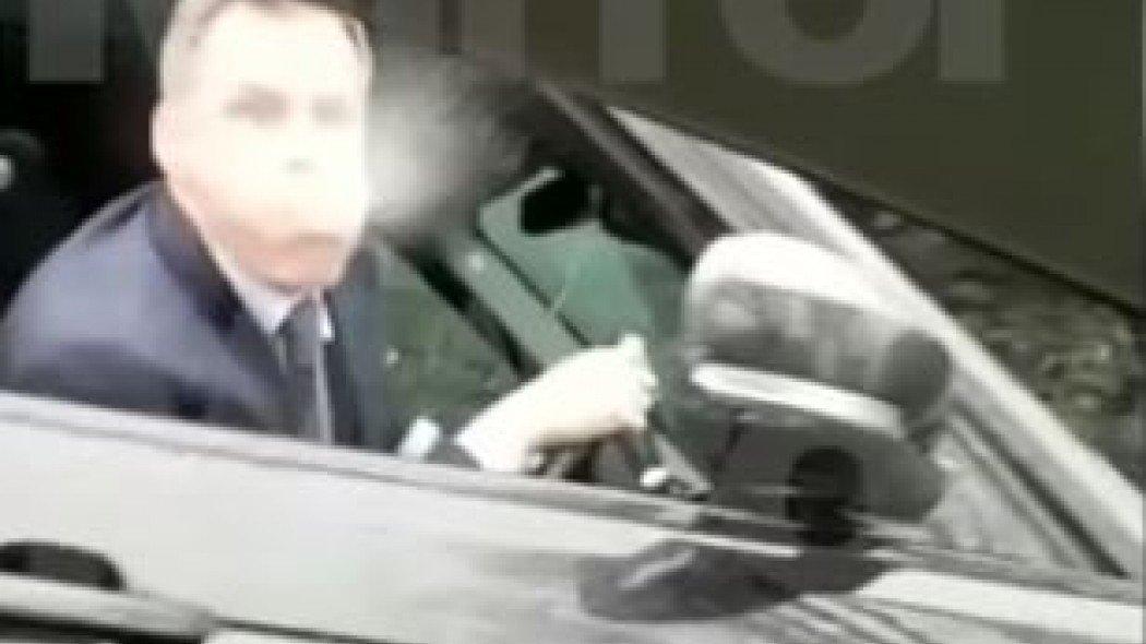 Έξαλλος Κάραγκερ... έφτυσε οπαδό της Γιουνάιτεντ! (video)