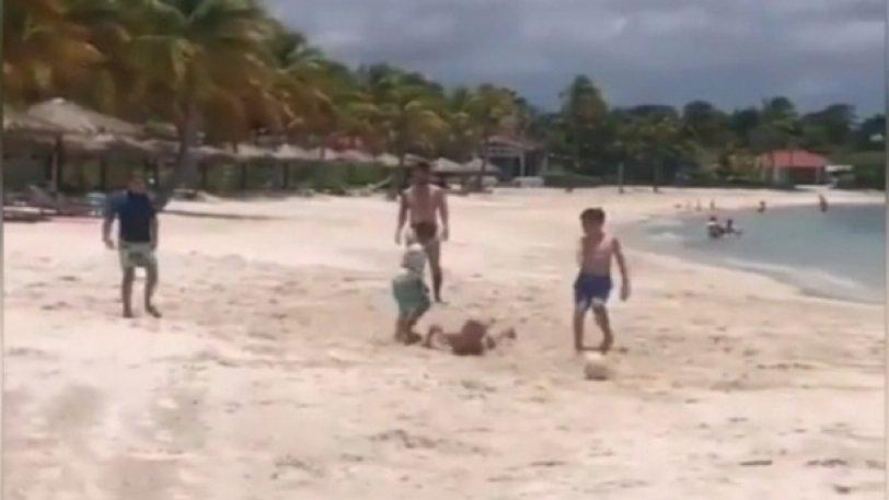 Ο Μέσι παίζει μπάλα στην παραλία με τα παιδιά του και τους φίλους τους (vid)