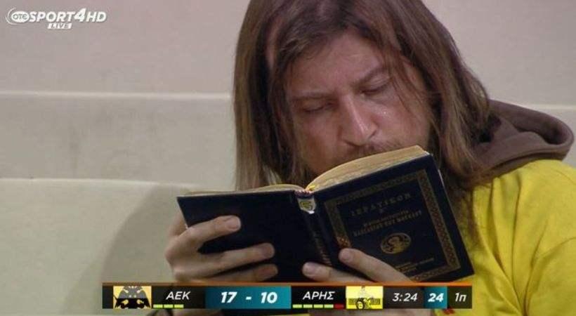 Το είδαμε κι αυτό: Διάβαζε στο ΟΑΚΑ τη... Θεία Λειτουργία!