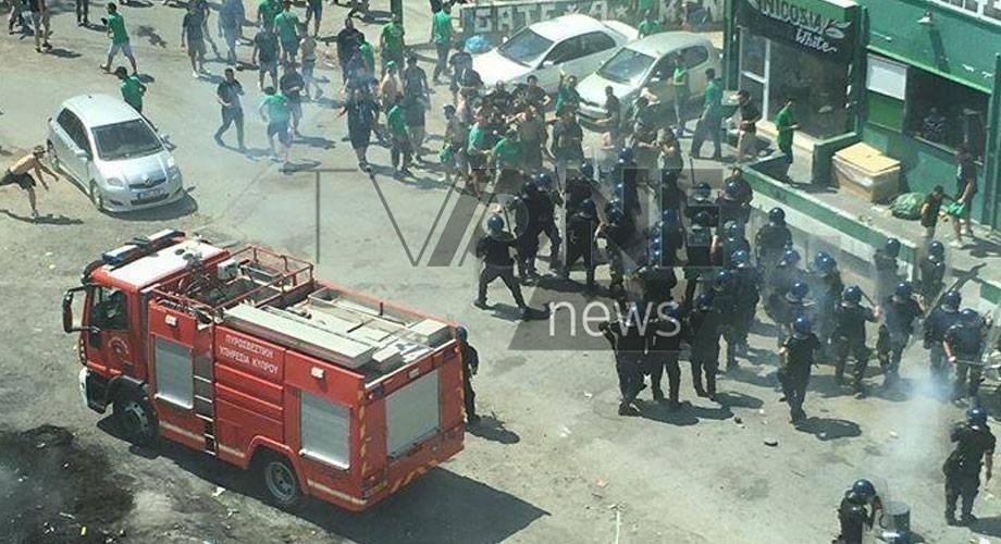 Άγριο ξύλο με την Αστυνομία έξω από το fan club (pics)