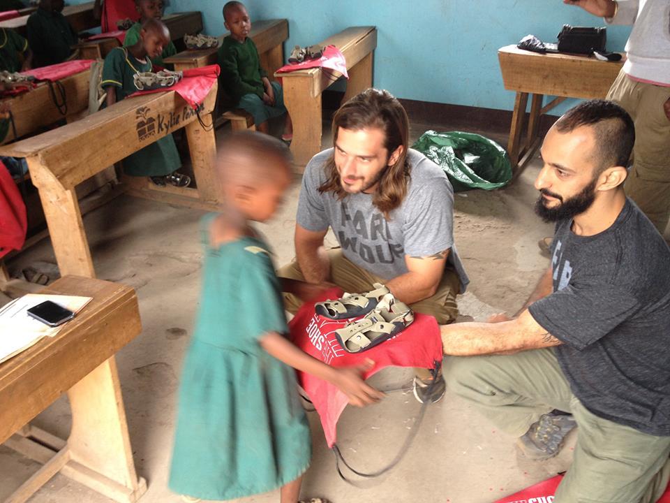 Δύο Κύπριοι «ζεσταίνουν» τα πόδια ξυπόλυτων παιδιών της Τανζανίας!