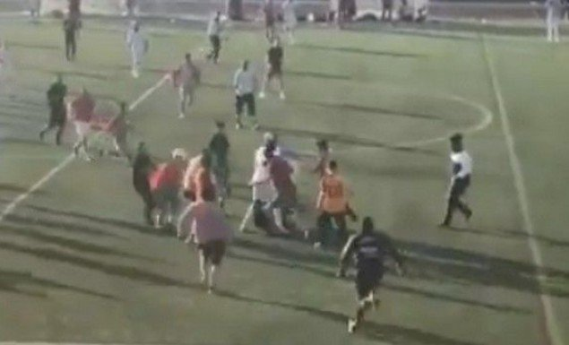 Παίκτες και προπονητές «σάπισαν» στο ξύλο διαιτητή! (vid)