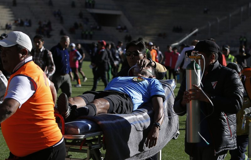 BINTEO: Διαιτητής κατέρρευσε την ώρα του αγώνα και έχασε τη ζωή του
