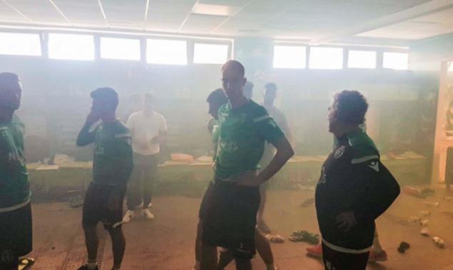 BINTEO: Το ντου των οπαδών της Σπόρτινγκ και το ξύλο στους παίκτες!