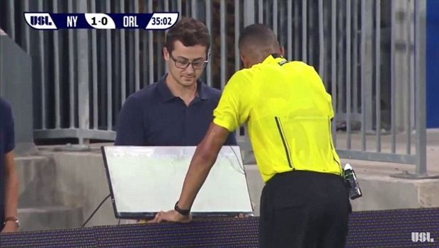 Πρώτη χρήση βίντεο σε ματς για βοήθεια σε διαιτητή!
