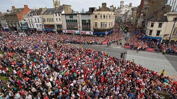 200.000 Ουαλοί υποδέχθηκαν την εθνική ομάδα (pics & video)