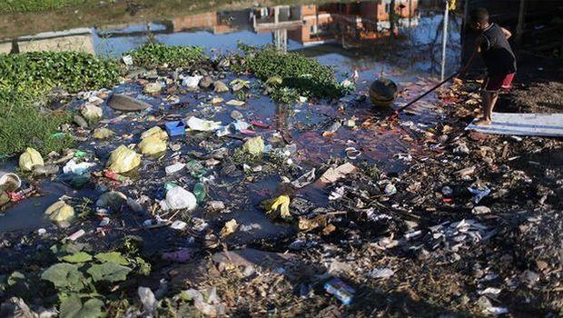 Σε τρομακτικά επίπεδα η μόλυνση στα νερά του Ρίο: «Οι αθλητές θα κολυμπήσουν στα... σκ#τ@»